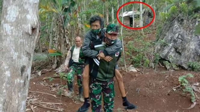 VIVA Militer: Mang Oyo dievakuasi prajurit TNI dari gubuk di gunung.