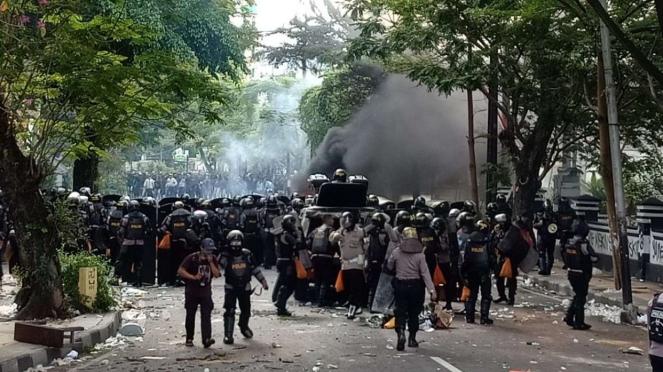 Pasukan polisi berhadapan dengan massa demonstran penentang UU Omnibus Law Cipta Kerja di kawasan Alun-alun Tugu, Kota Malang, Jawa Timur, pada Kamis, 8 Oktober 2020.