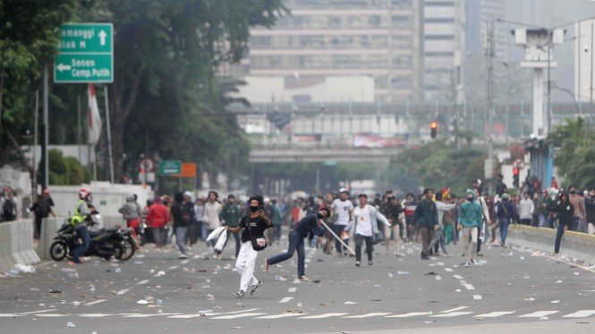 Ricuh usai demo Omnibus Law UU Cipta Kerja di Jakarta 8 Oktober 2020.