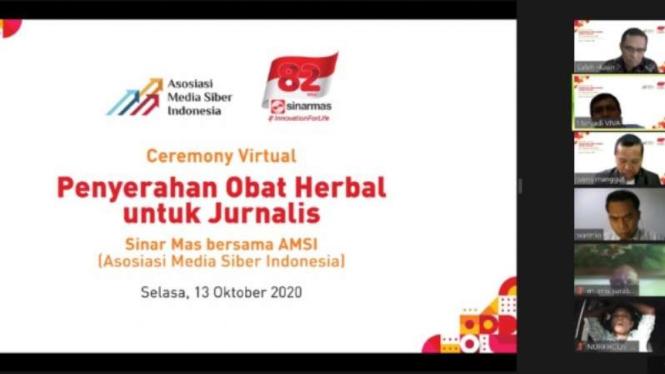AMSI dan Sinar Mas mendonasikan obat herbal Covid-19 ke para jurnalis.