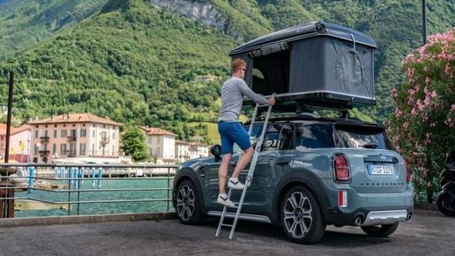 Mobil Mini Countryman dilengkapi tenda di atapnya.