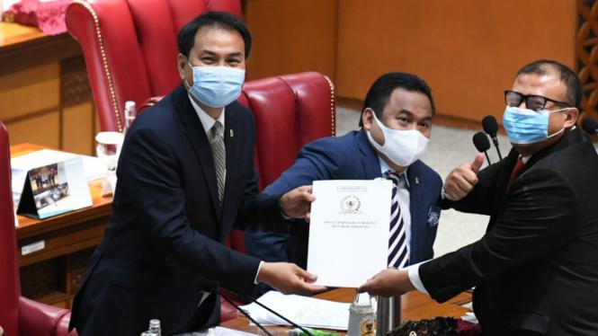 Wakil Ketua DPR Azis Syamsudin (kiri) saat paripurna DPR