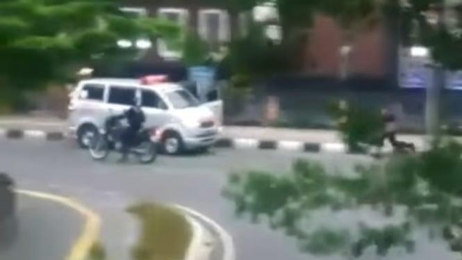 Viral, mobil ambulans kabur dikejar polisi.