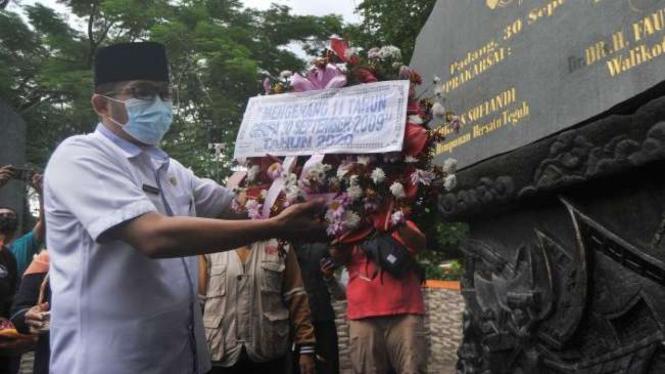Plt Wali Kota Padang, Hendri Septa, meletakan karangan bunga di Monumen Korban Gempa 30 September 2009, di Padang, Sumatera Barat, Rabu (30/9/2020).