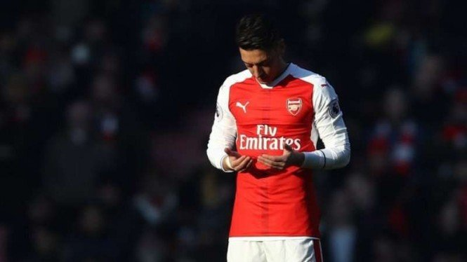 VIVA Militer: Gelandang Arsenal, Mesut Ozil, berdoa sebelum pertandingan