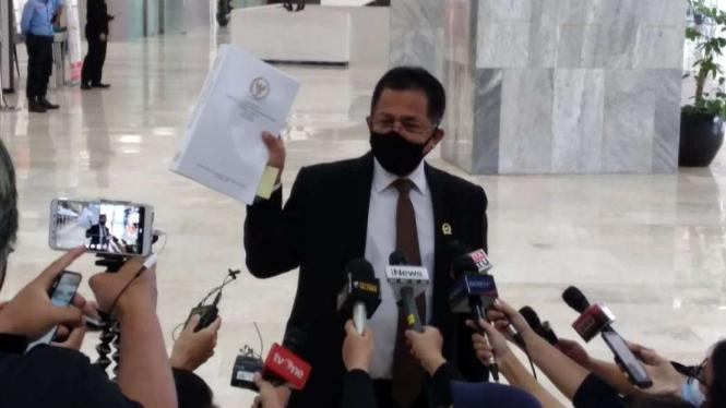 Sekjen DPR RI Indra Iskandar menunjukkan draf UU Cipta Kerja.