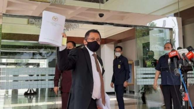 Sekjen DPR Indra Iskandar serahkan UU Cipta Kerja ke Kantor Kemensetneg.