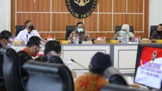 Menko Polhukam, Mahfud MD, Gubernur Jatim Khofifah Indar Parawansa dan buruh.