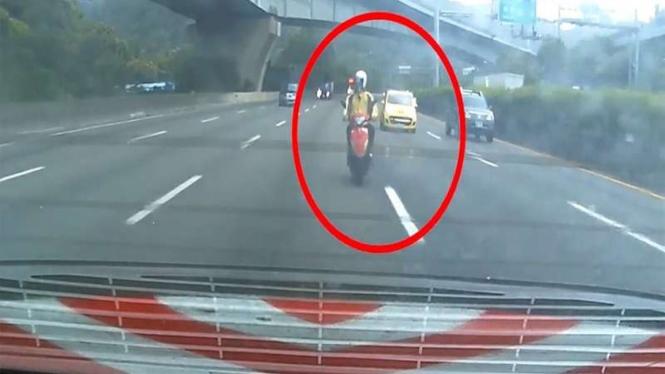 Sepeda motor matik masuk jalur tol.