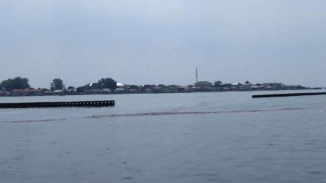 Tumpahan minyak mentah di perairan Pulau Pramuka dan Pulau Panggang.