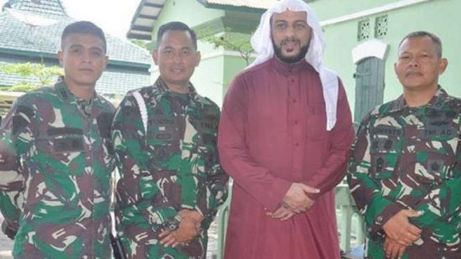 VIVA Militer: Syekh Ali Jaber di Markas  Satuan Resimen Armed 1 Kostrad