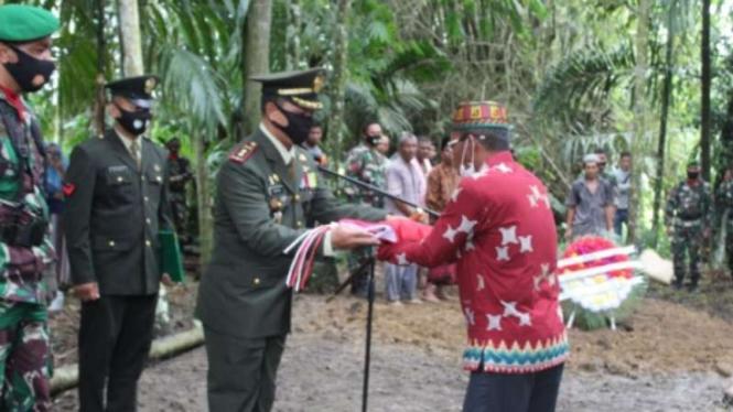 VIVA  Militer: Komandan Kodim 0116/Nagan Raya Letkol Guruh serahkan bendera.