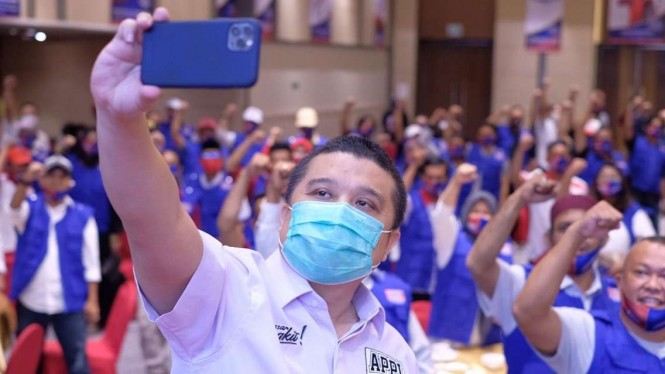Erwin Aksa, ketua tim pemenangan calon wali kota dan wakil wali kota Makassar Munafri Arifuddin-Abd Rahman Bando, berswafoto dengan para anggota tim pemenangan.