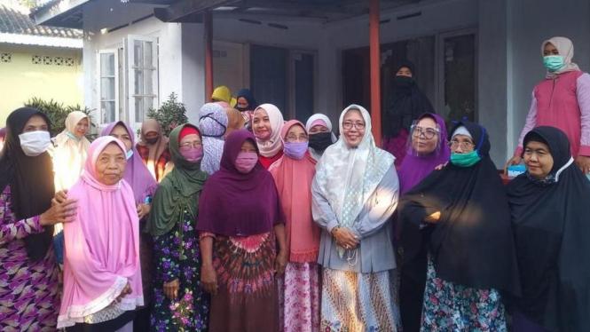 Lale Sileng bersama dengan Ibu-Ibu di Lombok Tengah