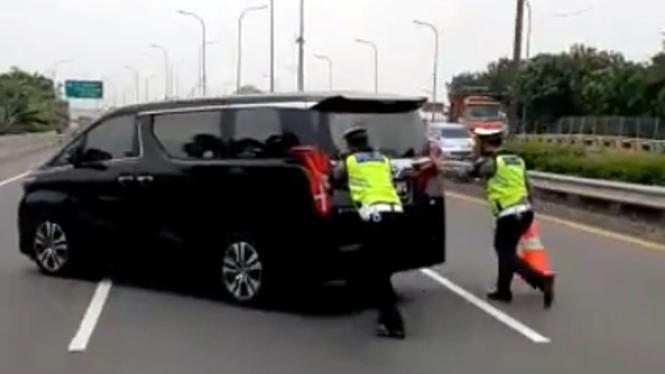 Mobil mewah Toyota Alphard mogok di jalan tol