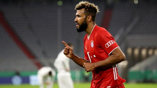 Striker Bayern Munich, Eric Maxim Choupo-Moting dalam laga melawan FC Dueren