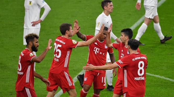 Eric Maxim Chuopo-Moting rayakan gol Bayern Munich ke gawang FC Dueren