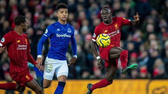 Penyerang Liverpool Sadio Mane saat mengontrol bola di laga kontra Everton