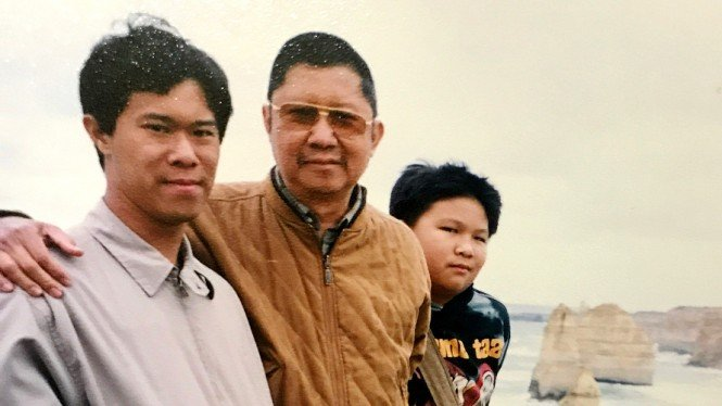 Pose Indra Priawan bersama ayahnya, Alm Chandra Suharto (tengah) dan kakaknya