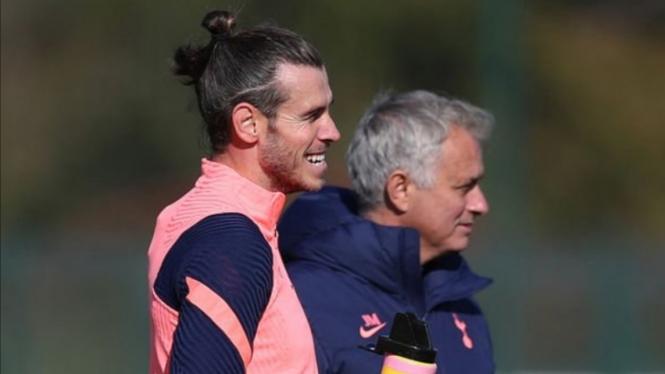 Manajer Tottenham, Jose Mourinho, bersama Gareth Bale.