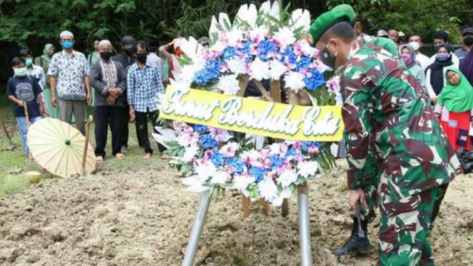 VIVA Militer: Prosesi pemakaman Pratu Rizal, Yonif Raider 400/Banteng Raiders.