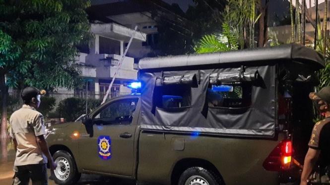 Mobil Satpol PP bantu warga kebanjiran