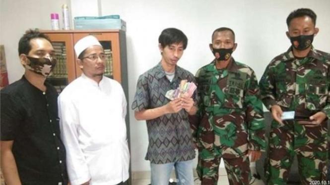 VIVA Militer : Prajurit Marinir TNI AL tangkap pencuri kotak amal Masjid