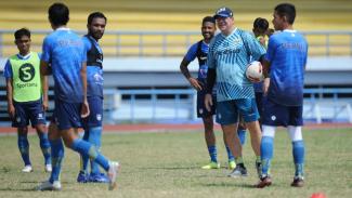 Pelatih Persib Bandung, Robert Rene Alberts (tengah)
