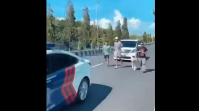 Tiga pria jogging dikawal mobil patwal polisi