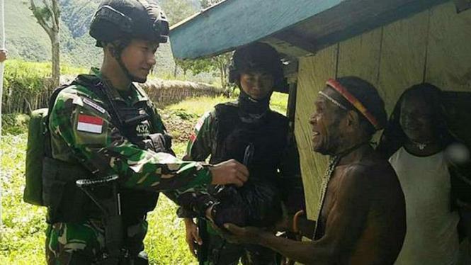VIVA Militer: Satgas Yonif Para Raider 432/WSJ bersama Kepala Suku Yiwika.