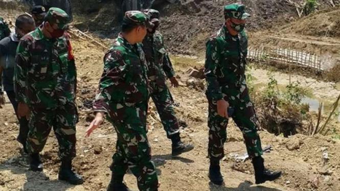 VIVA Militer: Danrem O73 Kolonel Ari Yulianto di lokasi temuan mutiara Belanda.