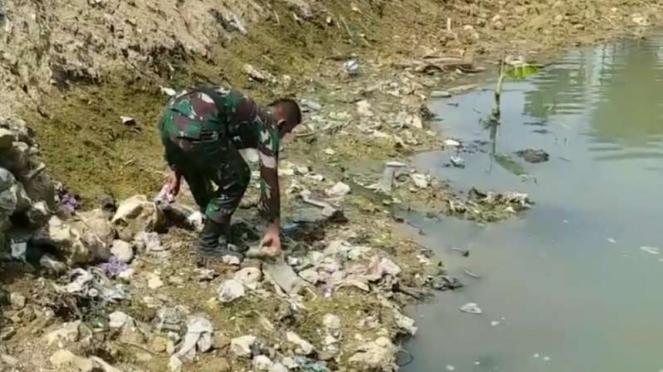 VIVA Militer: Prajurit TNI bersihkan lokasi irigasi kuno.