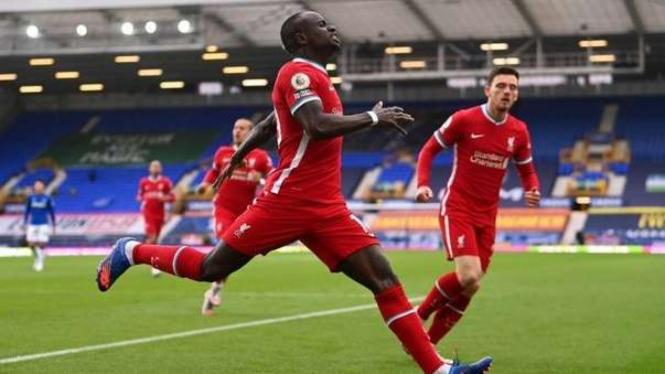 Penyerang Liverpool Sadio Mane berselebrasi usai bobol gawang Everton