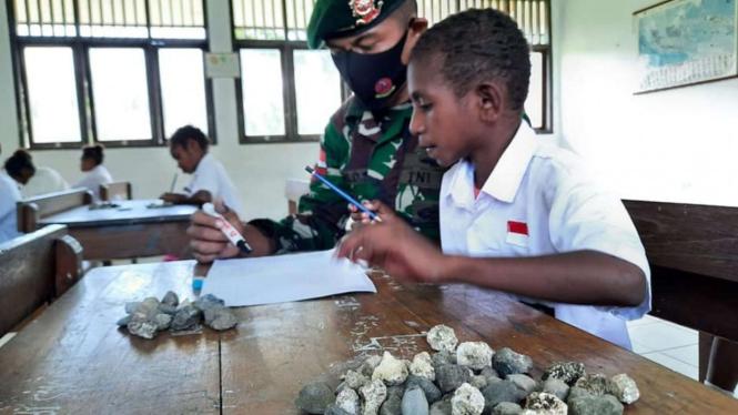 VIVA Militer: Satgas Yonif MR 413/Bremoro Ajarkan Metode Berhitung dengan Batu