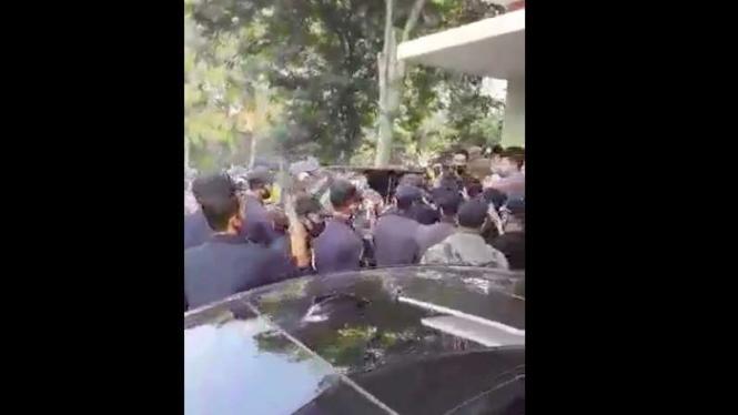 Sebuah video yang memperlihatkan puluhan satpam alias sekuriti yang tengah berkumpul di depan salah satu rumah warga menjadi viral di berbagai media sosial.