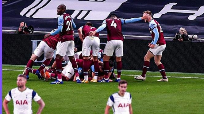 Pemain West Ham United selebrasi usai bobol gawang Tottenham Hotspur