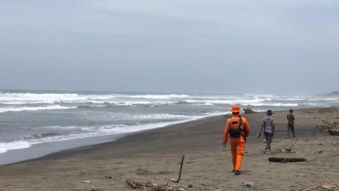 Pencarian dua orang nelayan yang hilang akibat banjir bandang Garut Selatan.