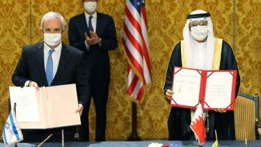 https://thumb.viva.co.id/media/frontend/thumbs3/2020/10/19/5f8cdc8b89394-israel-dan-bahrain-resmi-jalin-hubungan-diplomatik-palestina-tikaman-dari-belakang_375_211.jpg