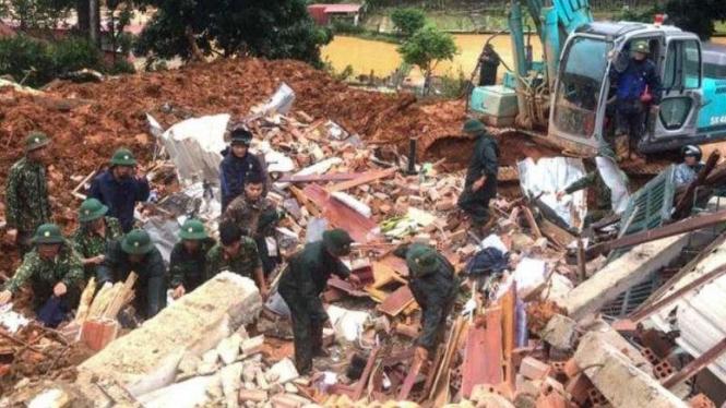 VIVA Militer: Tentara Rakyat Vietnam (VPA) melakukan evakuasi korban tewas