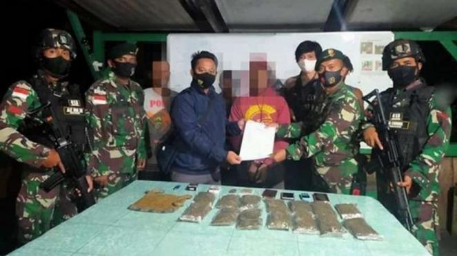 VIVA Militer: Prajurit Yonif MR 413 Kostrad amankan ganja.