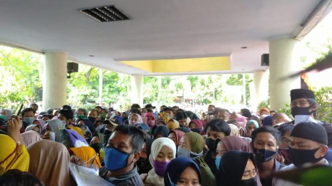 Viral pendaftar bantuan UMKM penuh sesak di Tangerang