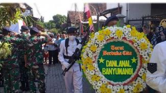 VIVA Militer: Prosesi pemakaman Peltu Navy Muhammad Akhir.