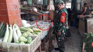 VIVA Militer: Prajurit TNI di tengah pasar.