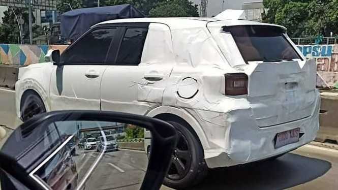 Mobil misterius yang diduga Daihatsu Rocky, sedang dites di Jakarta
