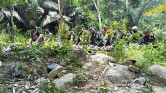 VIVA Militer : Prajurit TNI salat di tengah hutan ketika tengah bertugas