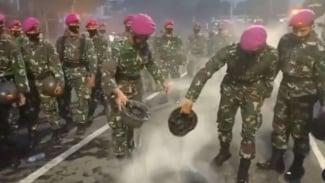 VIVA Militer : Marinir TNI AL gunakan helm untuk padamkan api dari demonstran
