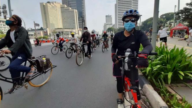 Pesepeda saat melintas di Bundaran Hotel Indonesia.