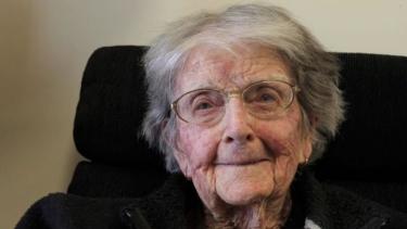 https://thumb.viva.co.id/media/frontend/thumbs3/2020/10/21/5f8feb2bdd040-dorothy-perempuan-australia-berusia-107-tahun-yang-tak-khawatir-virus-corona_375_211.jpg