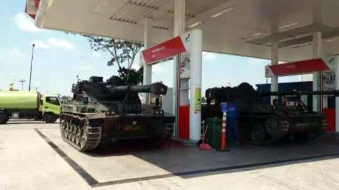 Tank TNI isi bahan bakar di SPBU Pertamina