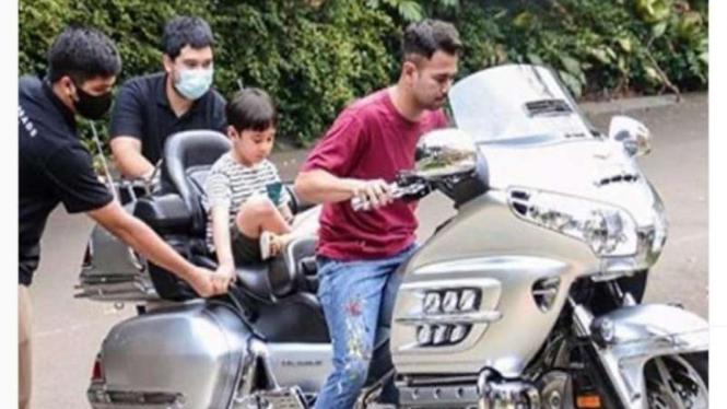 Raffi Ahmad menunggangi moge Honda Goldwing
